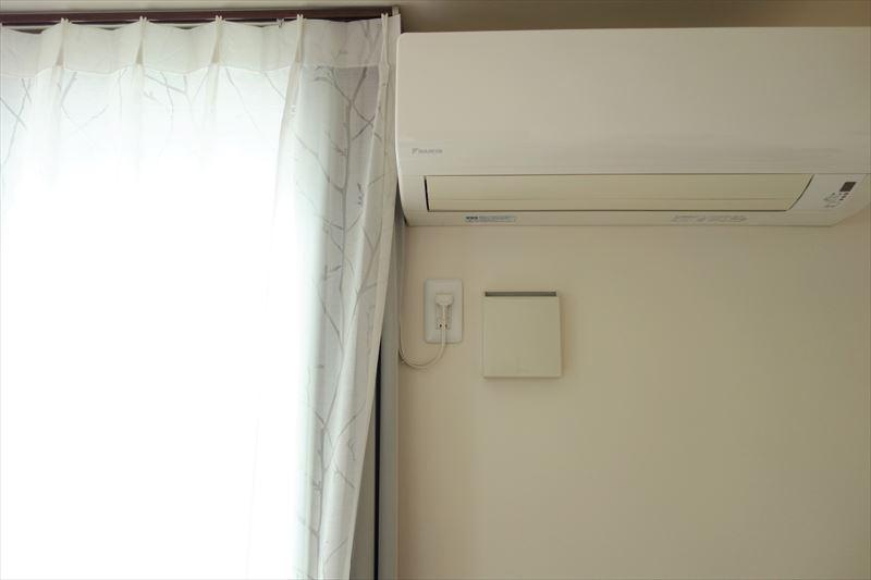 おそうじ本舗のエアコンクリーニングでカーテンに水を掛けられる