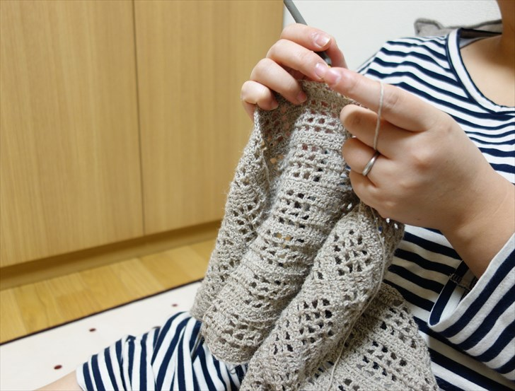編み物する妻